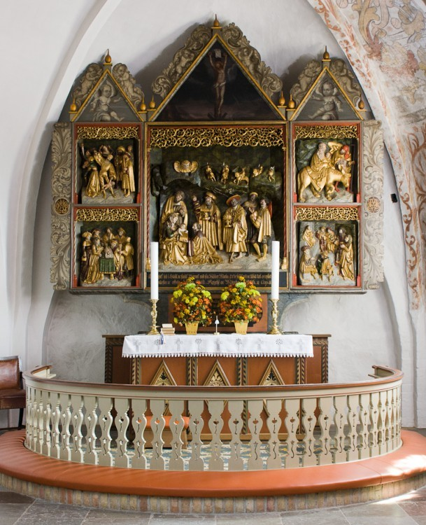 1520 Kongernes tilbedelse er hovedmotiv i rigt skåret Brüggemanntavle fra 1520 med Jesu barndom, Gjøl