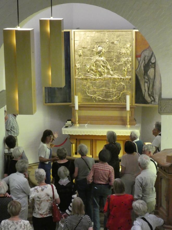 BB fortæller om kirkekunst på ekskursion maj 2018 for gruppe fr Nivå, her i Galten P1080457